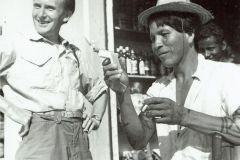 Zygmunt Pniewski z indianinem ze szczepu Karaża, Brazylia, 1967 r. fot. Arkady Fiedler
