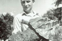 Zygmunt Pniewski z żółwiem mata mata, Porto Velho - Brazylia 1967 r. fot. Arkady Fiedler